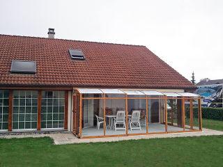 Solche Terrassenüberdachung gehört schon zu den unabdingbaren Teilen des Hauses.