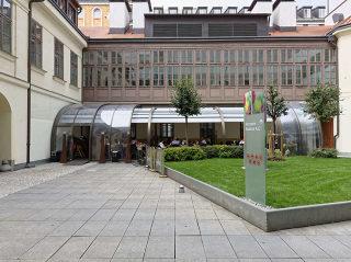 Überdachte Terrasse mit der mobilen Terrassenüberdachung CORSO Style für HORECA
