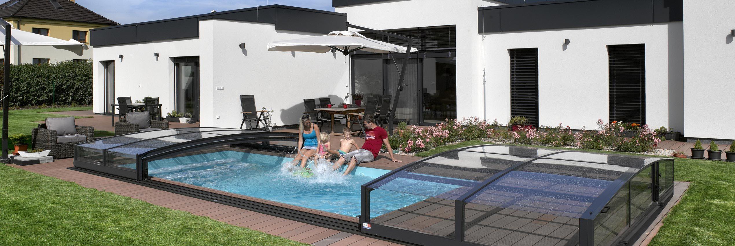 Teilweise aufgeschobene Poolüberdachung Viva