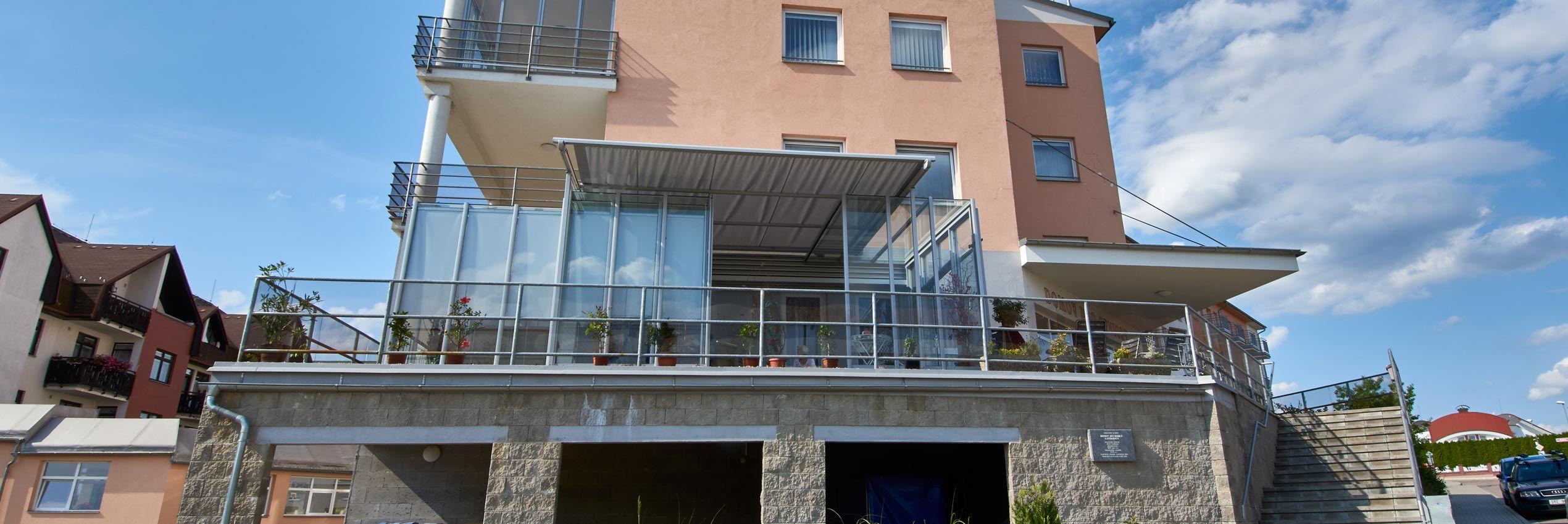 Teilweise aufgeschobene Überdachung CORSO Glas für Horeca