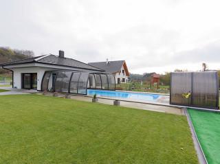 Mit dem Gartenhaus verbundene Poolüberdachung OMEGA von ALUKOV