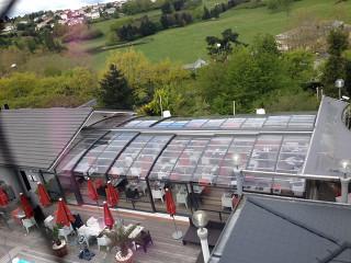 Atypische aufschiebbare Terrassenüberdachung beim Restaurant