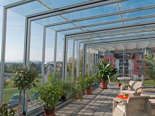 Geräumige Balkonüberdachung CORSO Glas mit beweglichen Segmenten und kinderleichtem Verschieben