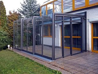 Bewegliche und massgefertigte Terrassenüberdachung CORSO Glas bietet fast ganzjährige Nutzung