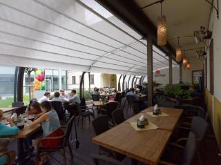 Dank der massgefertigten Schiebeüberdachung CORSO Entry gewinnt das Restaurant mehr Gäste und folgend mehr Umsatz