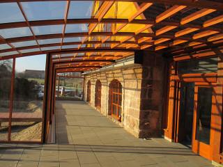 Die Terrassenüberdachung CORSO Premium bei einem Gastgarten aus dem Innensicht