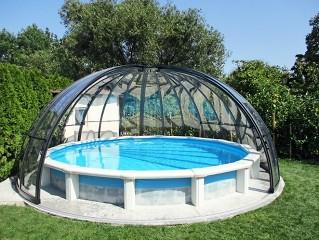 Geöffnete Schwimmbadüberdachung Orient