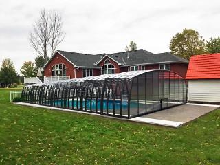 Geräumige und sehr leicht verschiebbare Poolüberdachung OMEGA von ALUKOV Schweiz