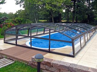 Höhere Ausführung des flachen Poolüberdachungsmodell IMPERIA NEO von ALUKOV