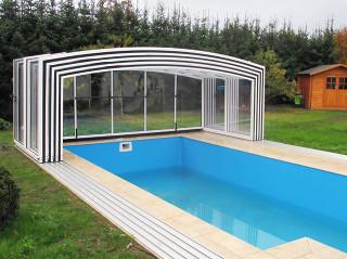 Hohes Poolüberdachungsmodell VISION von ALUKOV Schweiz