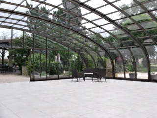 Geräumige Überdachung CORSO bietet Ihnen den zusätzlichen Raum für Ihre Gäste