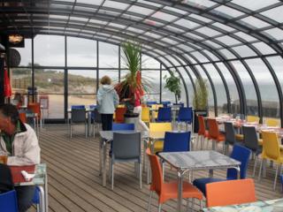 Massgefertigte bewegliche Terrassenüberdachung für ganzjährliche Nutzung Ihres Gastgartens