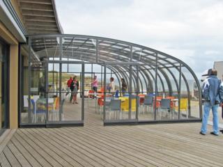 Aufschiebbare Überdachung CORSO™ von ALUKOV bietet Ihren Gästen einen angenehmen Raum auch beim Regen