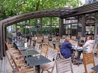 Aufschiebbare und massgefertigte Terrassenüberdachung CORSO™ von ALUKOV für Ihren Gastgarten
