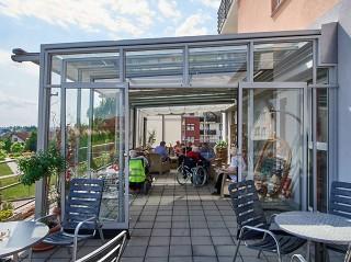 Massgefertigte Sitzplatzverglasung aus Glas und Alu-Profilen mit der langjährigen Garantie nur bei ALUKOV