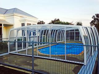 Mit OMEGA Poolüberdachung sparen Sie die Reinigungskosten für Ihren Pool