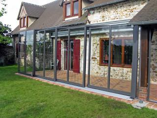 Moderne Auffassung der Terrassenüberdachung CORSO Glas findet seine Stelle auch beim traditionellen Einfamilienhaus