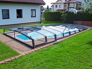 Moderne Schwimmbadüberdachung Corona mit mit Aluprofilen in Anthrazit DB 703.