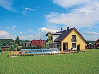Moderne Schwimmbadüberdachung und modernes Haus, eine wunderbare Einheit