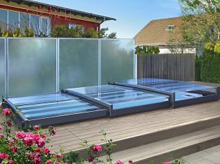 Moderne ultraflache Poolüberdachung TERRA von ALUKOV Schweiz