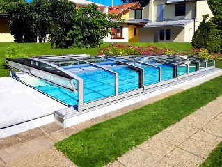 Niedrige Schwimmbadüberdachung Viva.