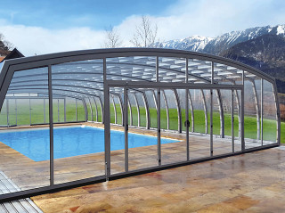 OMEGA Poolüberdachung bietet viel Platz rund um den Pool