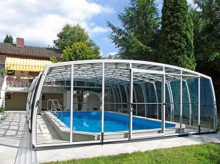 OMEGA Poolüberdachung schützt Ihren Pool vor Laub