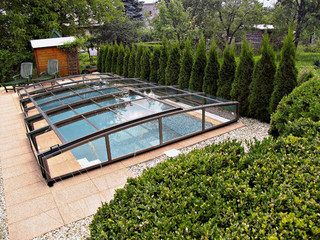 VIVA™ Poolüberdachung bietet noch genug Raum für Schwimmen