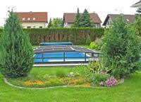 Flaches Poolüberdachungsmodell VIVA™ passt perfekt in den Garten hinein