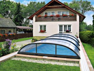 ELEGANT Poolüberdachung schön integriert in den Garten