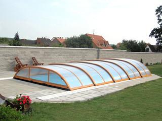 ELEGANT Poolüberdachung mit Alu-Profilen im Holzdekor