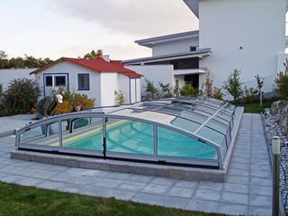 Gerundete Form im Dachbereich mit seitlich geraden Linien spart den Platz rums den Pool