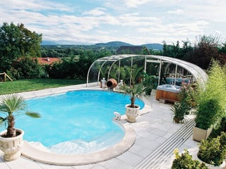 Komplett aufgeschobene Poolüberdachung LAGUNA - Raum ohne Beschränkung
