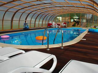 Auch beim Regen bietet LAGUNA Poolüberdachung genug Raum für Spass