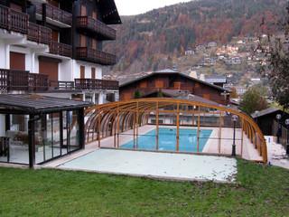 Schwimmbadüberdachung | LAGUNA von ALUKOV mit Alu-Profilen im Holzdekor