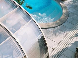 Geräumige LAGUNA Schwimmbadüberdachung bietet genug Platz auch für den Sitzplatz