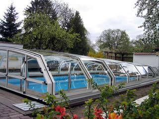 Das niedrige Poolüberdachungsmodell OCEANIC LOW bietet noch genug Raum für Schwimmen an