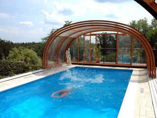 Aufgeschobene Premium-Poolüberdachung Olympic im Holzdekor