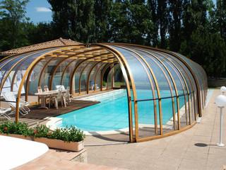 Hohe Poolüberdachung OLYMPIC™ mit Alu-Profilen im Holzdekor un kompaktem Polykarbonat