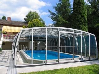 Schwimmbadüberdachung OMEGA™ bietet unter der Überdachung genug Raum