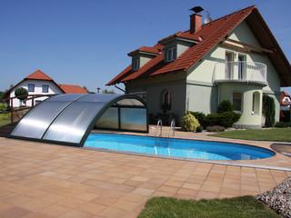 Hohe Poolüberdachung RAVENA schützt Ihren Pool vor Laub