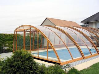 Poolüberdachung RAVENA mit Alu-Profilen im Holzdekor und kompaktem Polykarbonat