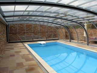 Poolüberdachung STYLE an einer Seite zu der Wand befestigt