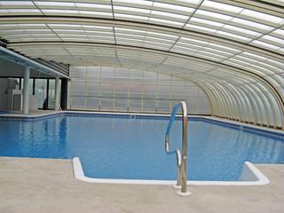 Sehr schöne und geräumige Poolüberdachung STYLE™ zu einer Wand montiert