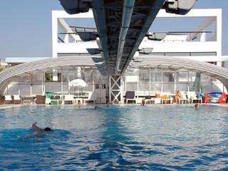 Ausserordentliche Realisation mit der Poolüberdachung STYLE™ von ALUKOV