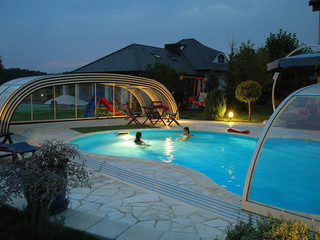 Gemütliche Atmosphäre mit der aufgeschobenen TROPEA NEO™ Poolüberdachung