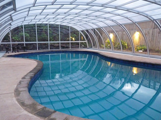 Geniessen Sie Schwimmen ganzjährig mit der Poolüberdachung TROPEA von ALUKOV Schweiz