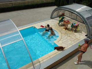 Elegante Form der Schwimbadüberdachung TROPEA ist von oben schön zu sehen