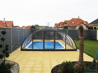 Dezente und elegante Lösung dem Poolüberdachungsmodell TROPEA