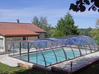 Geschlossene Poolüberdachung TROPEA schützt Ihren Pool vor Laub